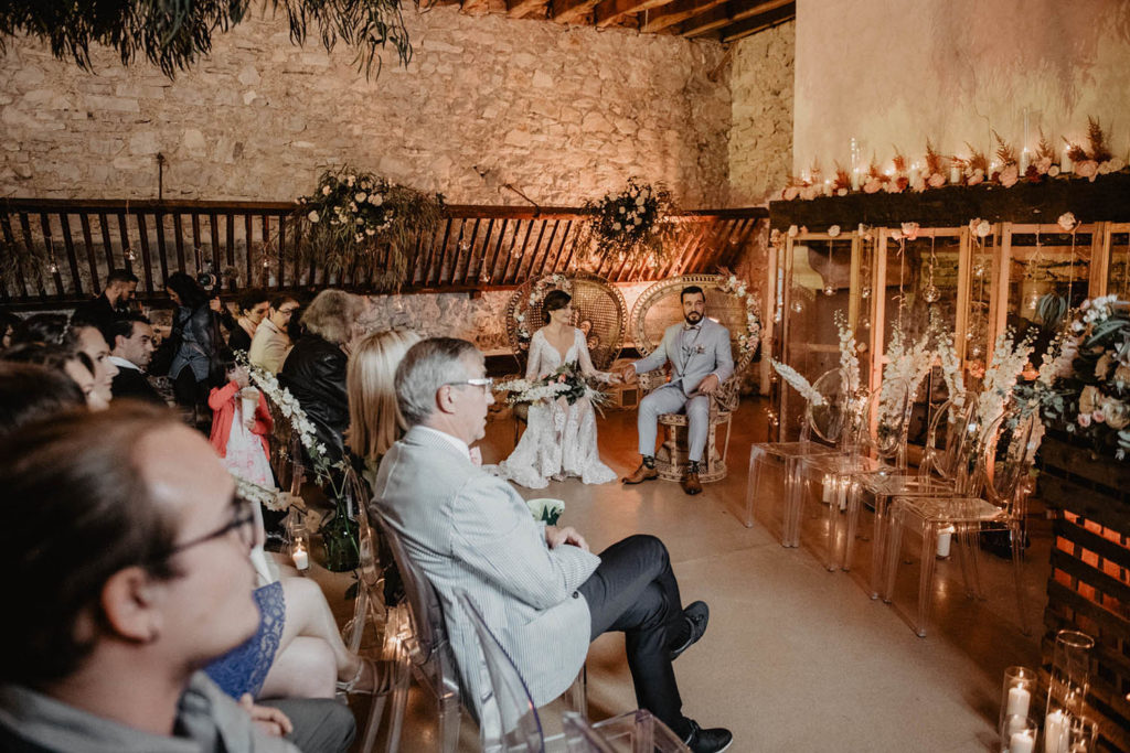 Décoration de mariage lumineuse ambrée, Cérémonie laïque dans une Salle de réception atypique, verrière ancienne, mariage sous la pluie, Domaine de Lucain, 64, Pau, Aquitaine