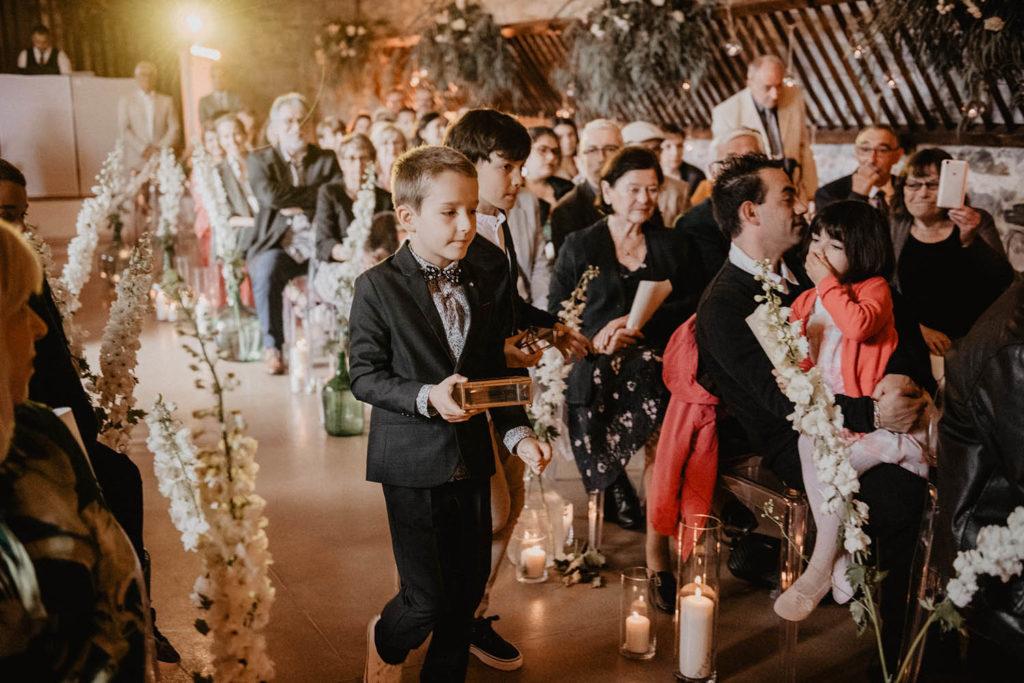 Les enfants portent les Alliances, Cérémonie laïque dans une Salle de réception atypique, verrière ancienne, mariage sous la pluie, Domaine de Lucain, 64, Pau, Aquitaine