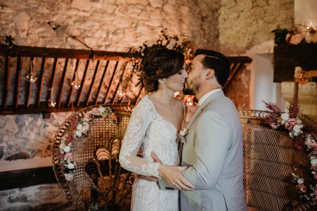 Photo des mariés lors d'une Cérémonie laïque dans une Salle de réception atypique, verrière ancienne, mariage sous la pluie, Domaine de Lucain, 64, Pau, Aquitaine