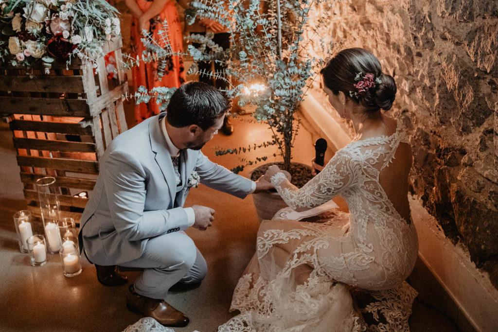 Rituel pendant une Cérémonie laïque dans une Salle de réception atypique, verrière ancienne, mariage sous la pluie, Domaine de Lucain, 64, Pau, Aquitaine