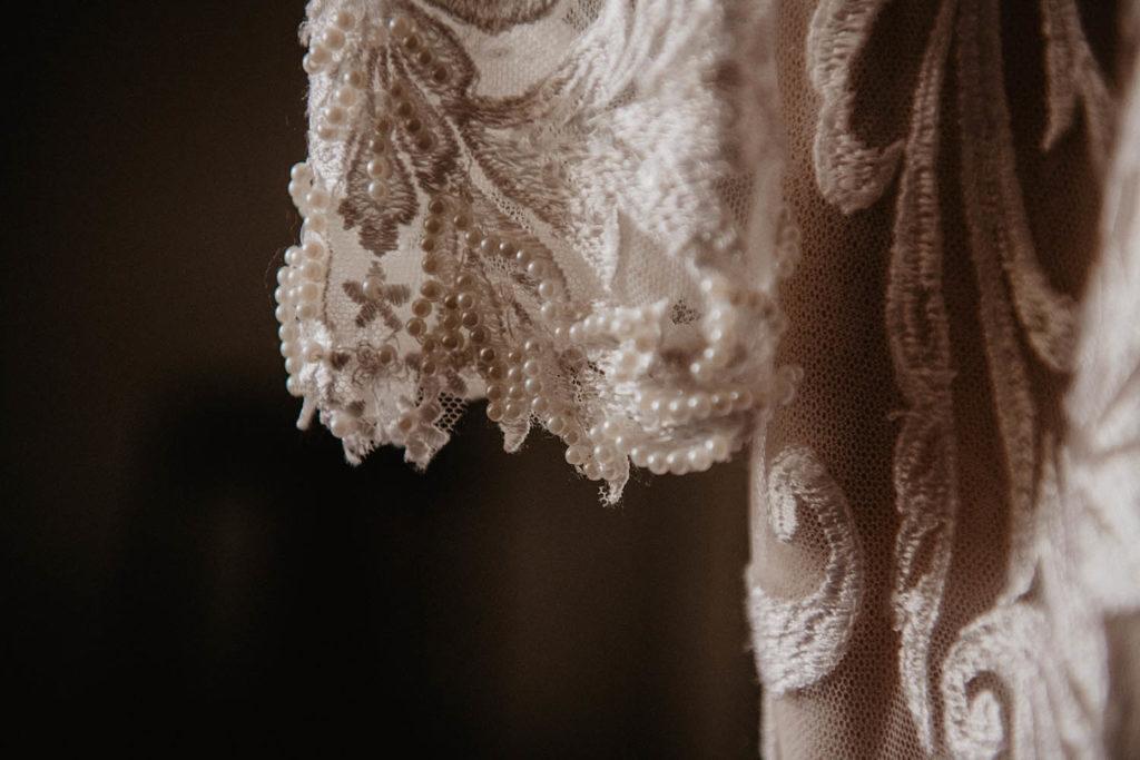 Détail de la robe de mariée nude brodée de perles, Angeola mariage Biarritz, 64