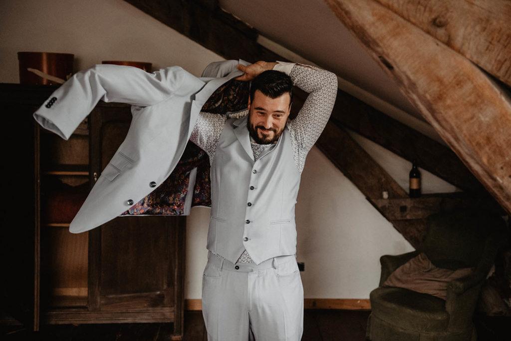 Habillage du marié avant la Cérémonie laïque dans une Salle de réception atypique, verrière ancienne, mariage sous la pluie, Domaine de Lucain, 64, Pau, Aquitaine