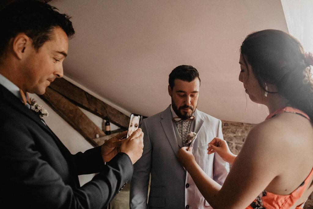 Préparatifs du marié avec le témoin avant la Cérémonie laïque dans une Salle de réception atypique, verrière ancienne, mariage sous la pluie, Domaine de Lucain, 64, Pau, Aquitaine