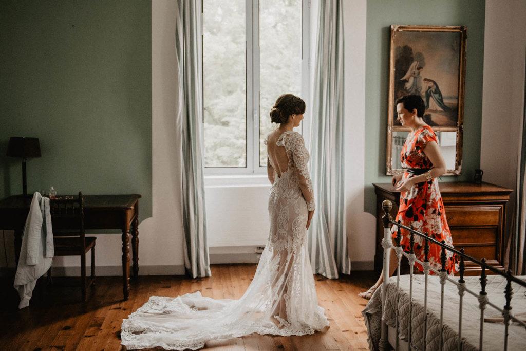 Habillage de la mariée avant la Cérémonie laïque dans une Salle de réception atypique, verrière ancienne, mariage sous la pluie, Domaine de Lucain, 64, Pau, Aquitaine