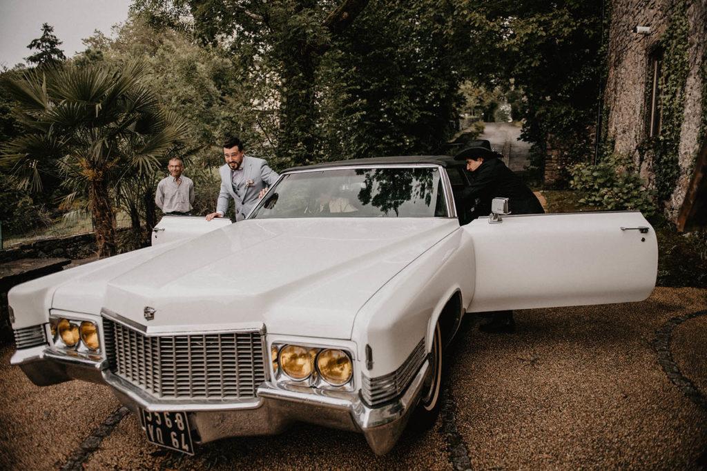 Arrivé du marié en voiture américaine, Cérémonie laïque dans une Salle de réception atypique, verrière ancienne, mariage sous la pluie, Domaine de Lucain, 64, Pau, Aquitaine