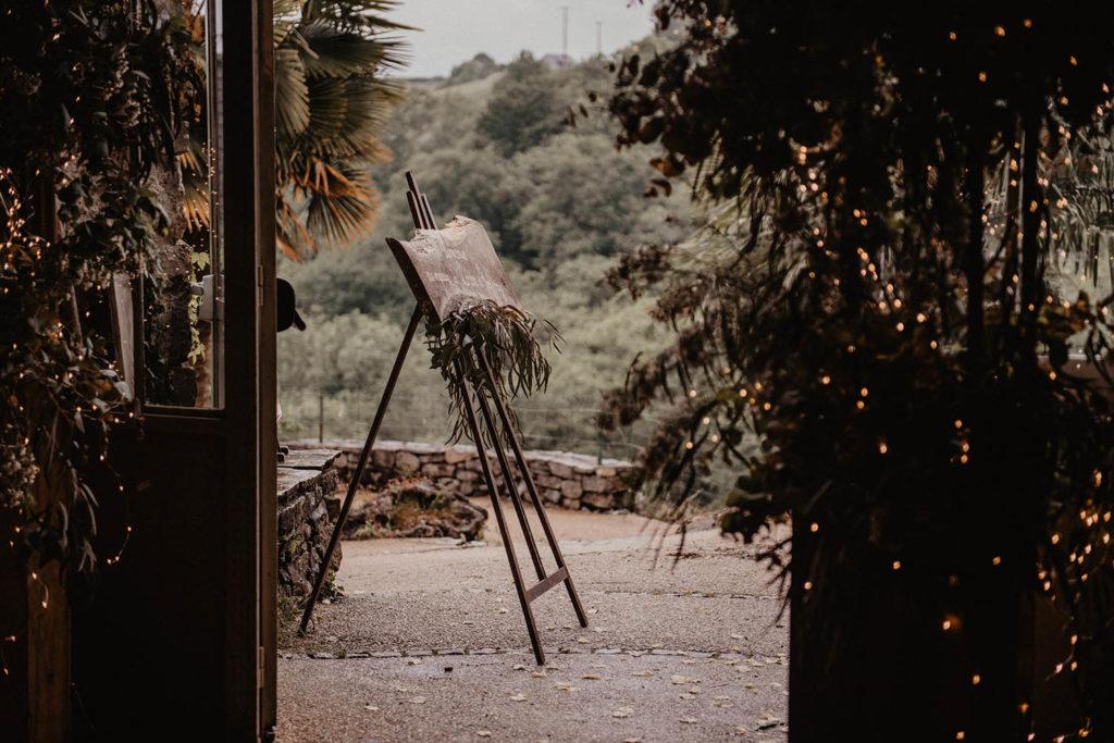Panneau signalétique original en bois brut, Cérémonie laïque dans une Salle de réception atypique, verrière ancienne, mariage sous la pluie, Domaine de Lucain, 64, Pau, Aquitaine