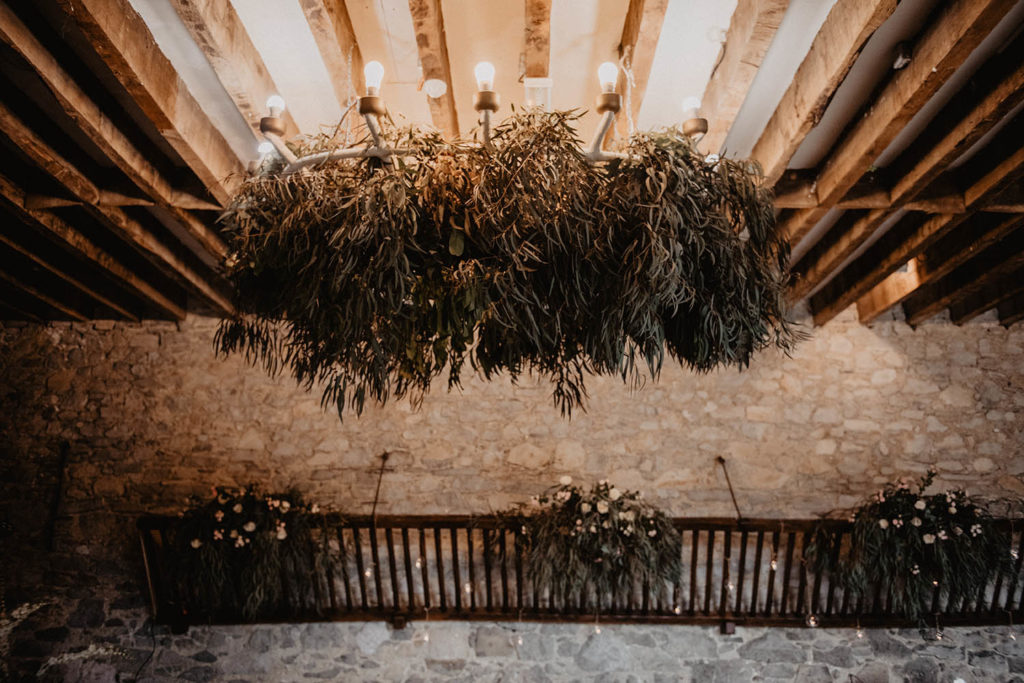 Lustre végétalisé pour une cérémonie laisse à l'intérieur, mariage près de Pau