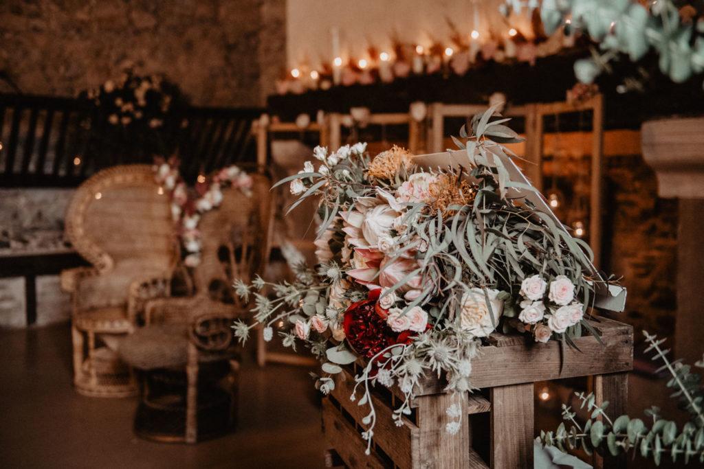 Décoration fleurie exotique pour la cérémonie laïque, ambiance chaleureuse avec les bougies, Salle de réception atypique, verrière ancienne, mariage sous la pluie, Domaine de Lucain, 64, Pau, Aquitaine