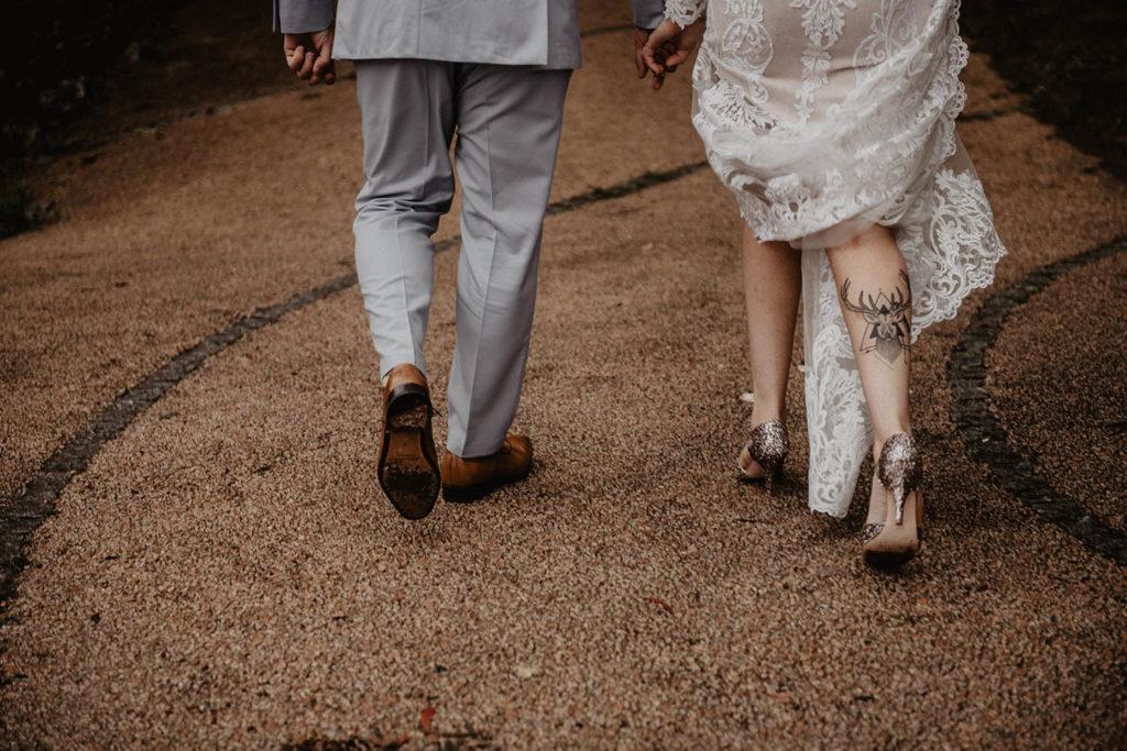 Séance photo de couple mariage Pau, robe brodée de perles Angeola mariage Biarritz, chaussures Rachel Simpson à paillettes
