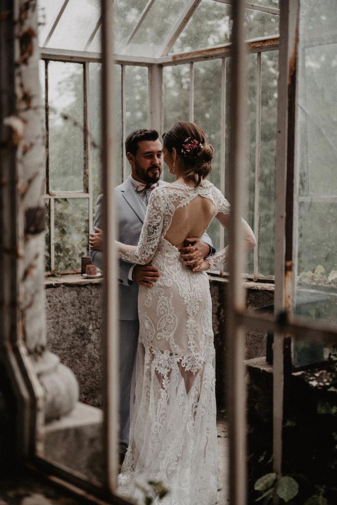 mariage sous la pluie, séance photo de couple romantique dans un endroit ancien et atypique