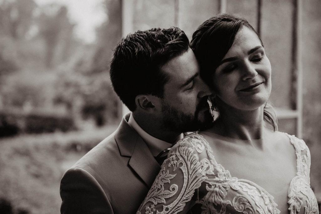 Photo en noir et blanc, séance portrait de couple, mariage sous la pluie, Pau, 64000, Aquitaine, Pyrénées Atlantiques