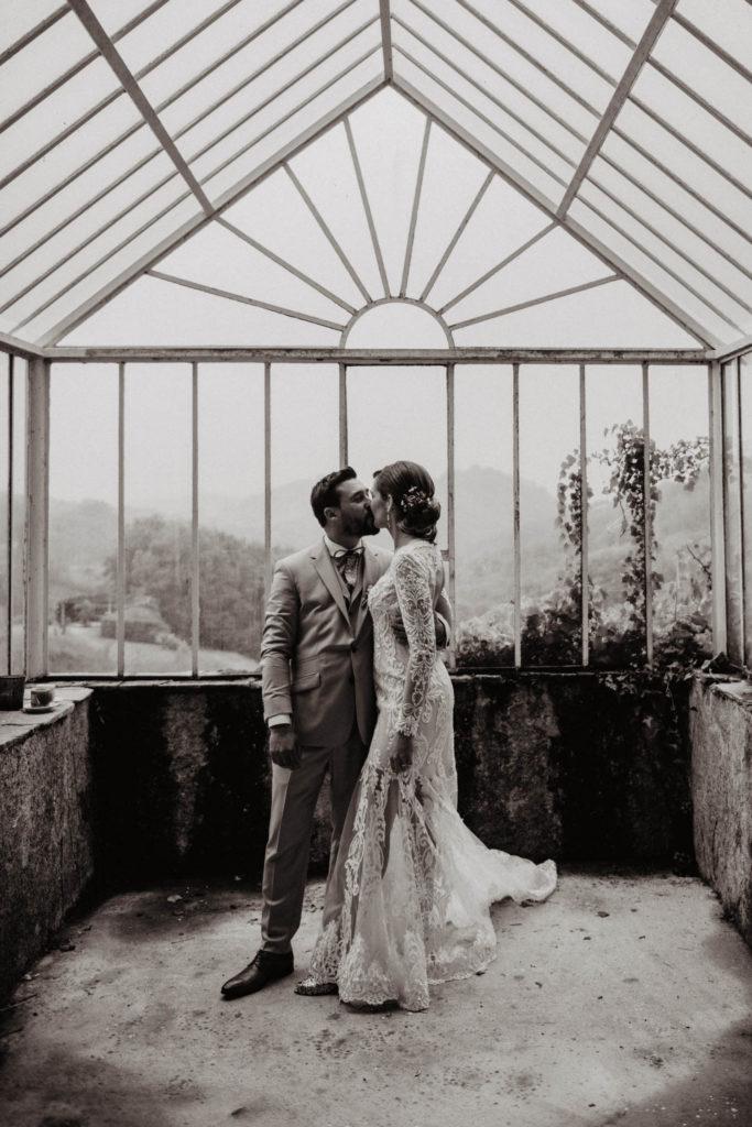 Séance photo de couple sous une verrière, mariage sous la pluie, salle de réception atypique, Domaine de Lucain, Pau, 64