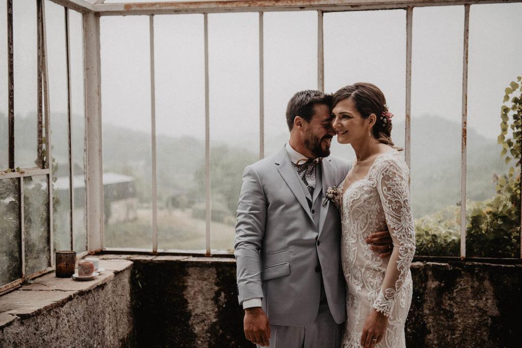 mariage sous la pluie, photo de couple sous la verrière, Domaine de Lucain, près de Pau, 64, Aquitaine? salle de réception ancienne avec beaucoup de charme