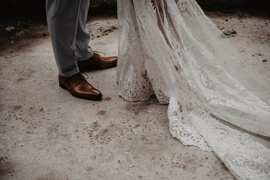 Détail de la robe brodée de perles avec traine Angeola mariage Biarritz, séance couple le jour J