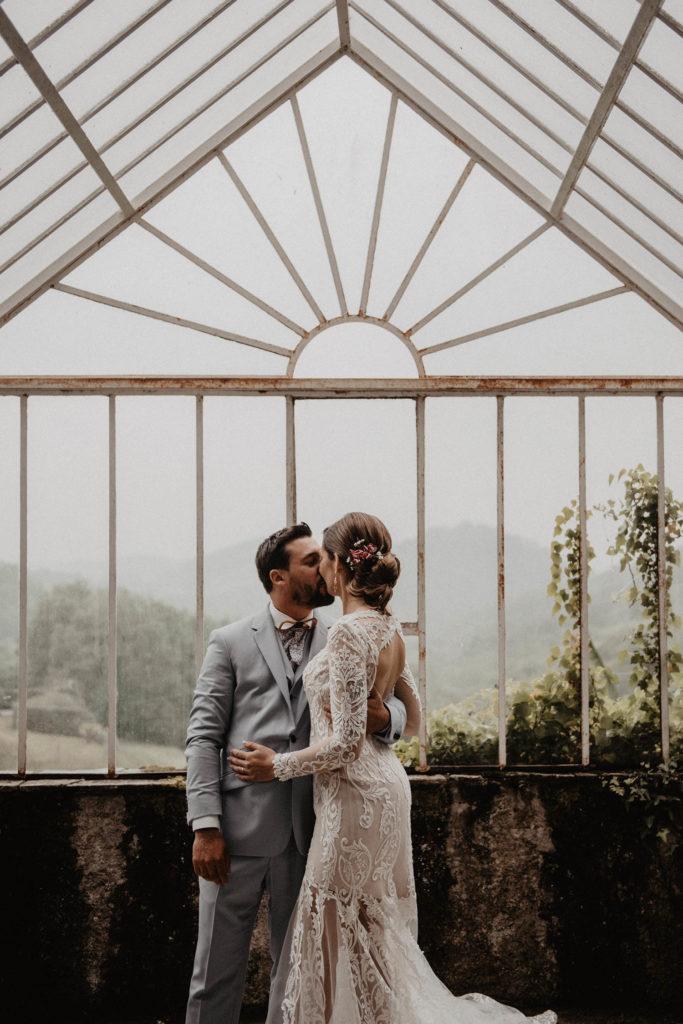 Mariage sous la pluie, photo de couple le soir sous la verrière, Domaine de Lucain, 64000