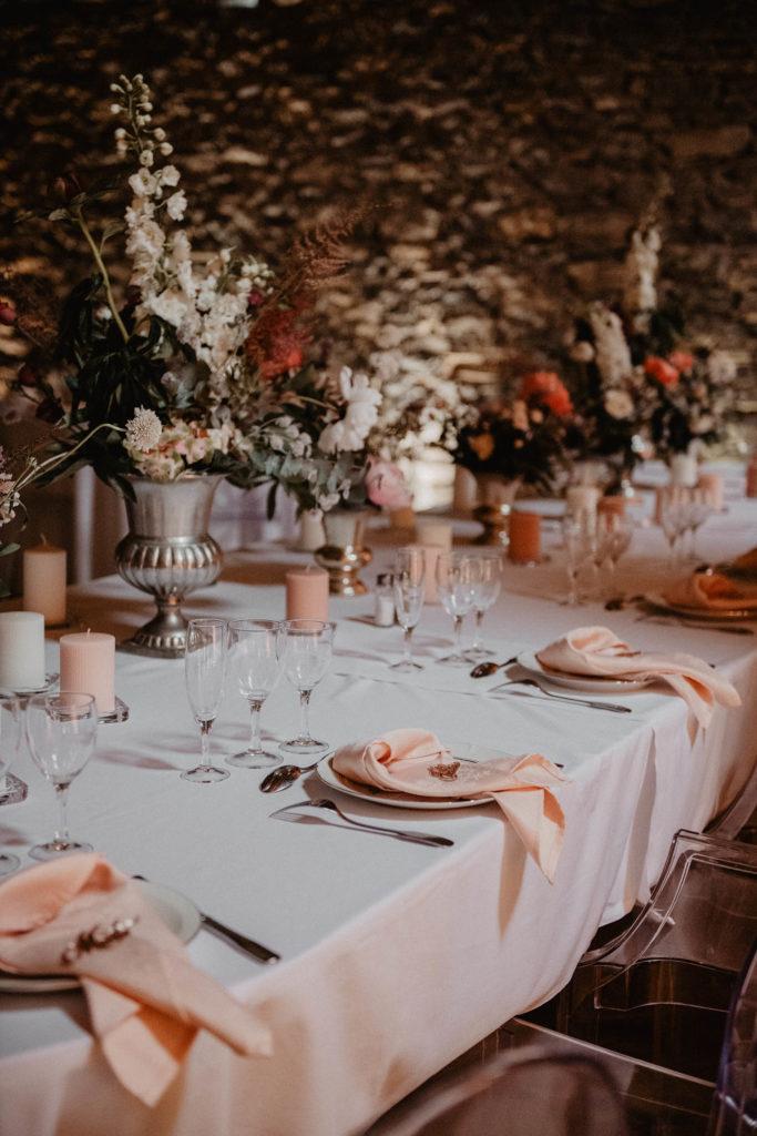 Déco de table romantique, rose et pêche pour un mariage au Domaine de Lucain près de Pau