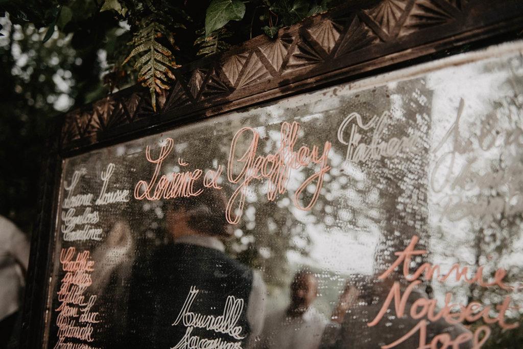 Plan de table de mariage original sur un miroir ancien