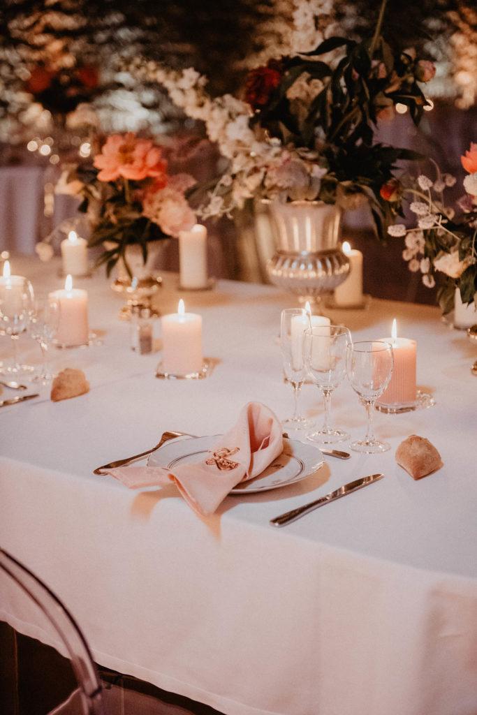 Déco de table mariage tons de rose et pêche