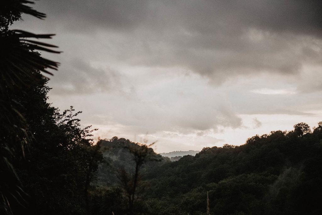 mariage sous la pluie sur les coteaux de Jurançon